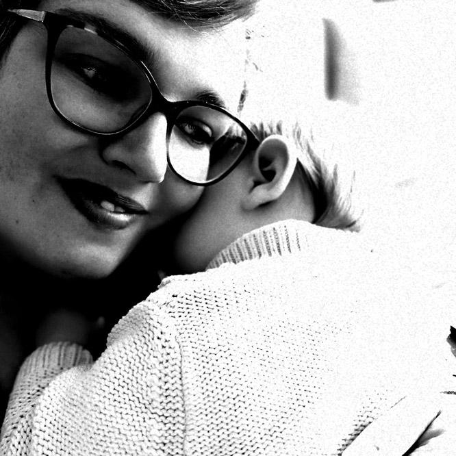 Joanny faisant un calin à son bébé